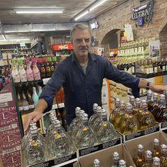 Happy hour: Chris Noth mit Flaschen
