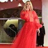 Kate Hudson präsentiertdieses Jahr bei den Filmfestspielen in Venedig die wahrscheinlich interessantesten Looks. Erst ein gewagtes Cut-Out-Dress, dann ein rotes Kleid aus transparentem Stoff. Spitze, Puffärmel und Tüll – obwohl bei demKleid von REDValentino viel los ist, wirkt es leicht und modern. Ein absoluter Volltreffer!
