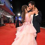 Bei Instagram-StarSalvatore Duccamelia und seiner Freundin Maryna wird es auf dem Red Carpet romantisch. Der rosa Volant-Traum passt gut zur Liebe, die hier in der Luft liegt.