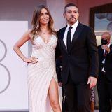 Einen glamourösen Pärchenauftritt legen Antonio Banderas und seine FreundinNicole Kimpel in Venedig hin. Dank des XL-Beinschlitzes und gekonnter Pose wirken Nicoles Beine noch länger.