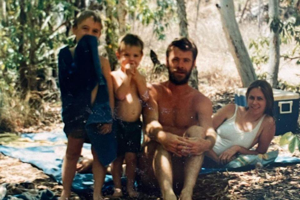Familie Hemsworth: Familienbild mit Chris und Liam als noch kleine Jungs