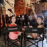 Setbilder: Lily Collins und Ashley Park haben sichtlich Spaß am Set