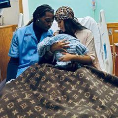 Star-Babys: Cardi B und Offset halten ihr zweites Kind in den Armen