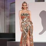 Model und Influencerin Leonie Hanne macht den Promis auf dem roten Teppich ganz schön Konkurrenz. Sie weiß genau, wie sie posieren muss für die Kameras. In diesem goldenen Paillettenkleid mit hohem Beinschlitz sieht die schöne Blondine einfach grandios aus.