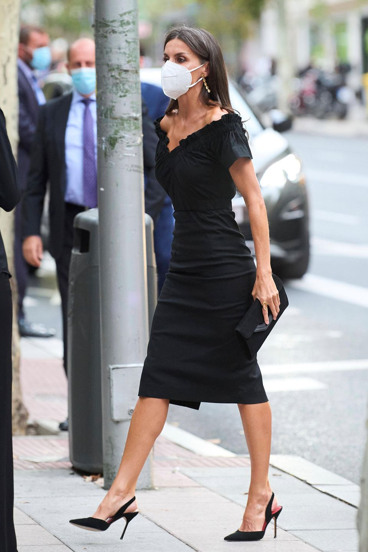 Königin Letizia im schwarzen Kleid mit Carmenausschnitt.