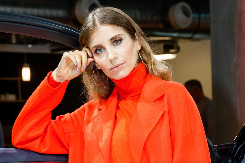 Cathy Hummels trägt einen roten Mantel