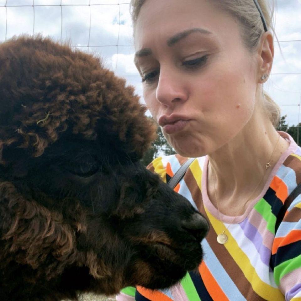 Wilde Tiere: Ruth Moschner gibt einem Alpaka einen dicken Knutsch