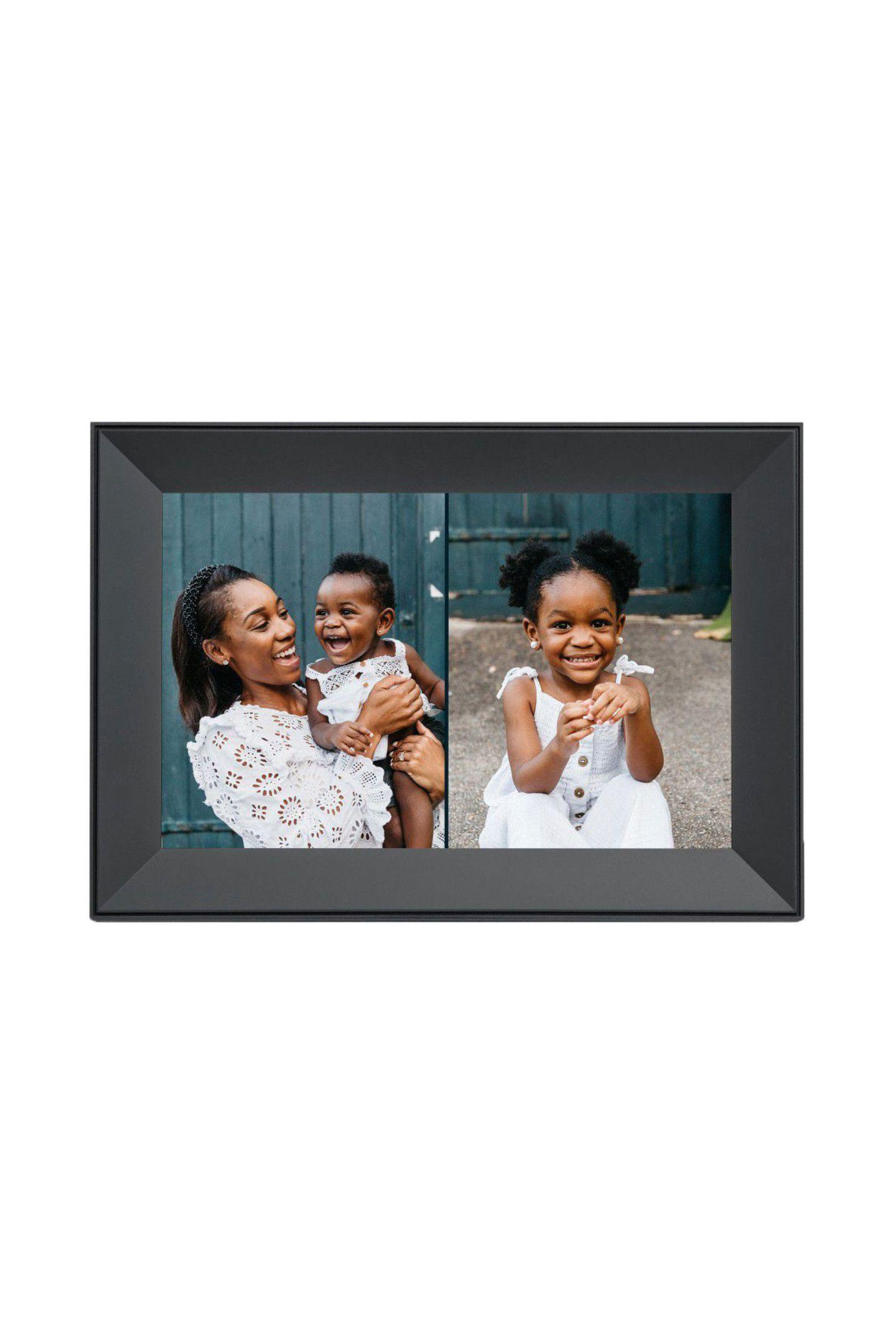 """Magische MomenteDer digitale Bilderrahmen sieht ohnehin schon schön aus, wird aber durch unsere Lieblingsmenschen und emotionalen Momente zum wundervollen Hingucker im Heim. """"Carver"""" von Aura Frames, ca. 160 Euro"""