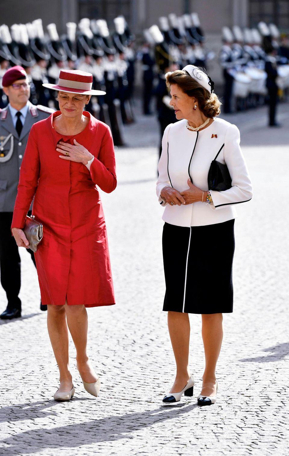 Besuch in Schweden: Elke Büdenbender und Königin Silvia sind angeregt im Gespräch