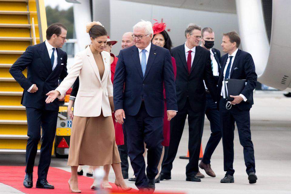 Besuch in Schweden: Frank-Walter Steinmeier und seine Frau werden am Flughafen in Empfang genommen