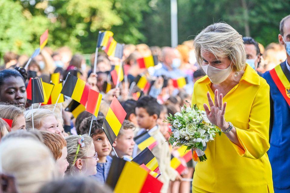 RTK: Königin Mathilde bei ihrer Ankunft vor der Grundschule