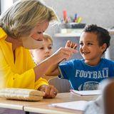 RTK: Königin Mathilde beim Unterricht mit Grundschülern