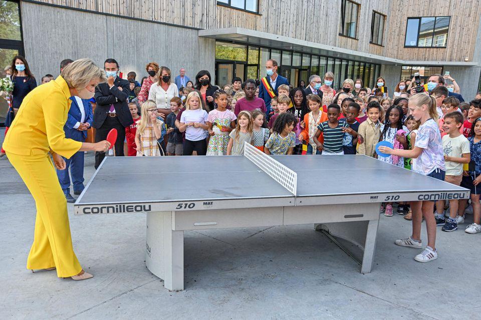 RTK: Köngin Mathilde beim Tischtennis mit einer Grundschülerin