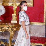 Wer hätte gedacht, dass Königin Letizia den gleichen Modegeschmack wie ihre SchwiegermutterKönigin Sofía hat?Beim Essen zu Ehren des chilenischen Präsidentengreift die Frau von König Felipe auf dasselbe strassbesetzte Kleid zurück, das KöniginSofía 1981 in Rom getragen hat.