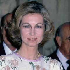 Ohrringe trägtKönigin Sofía 1981 keine, dafür verschiedene Goldketten im Layering-Stil.