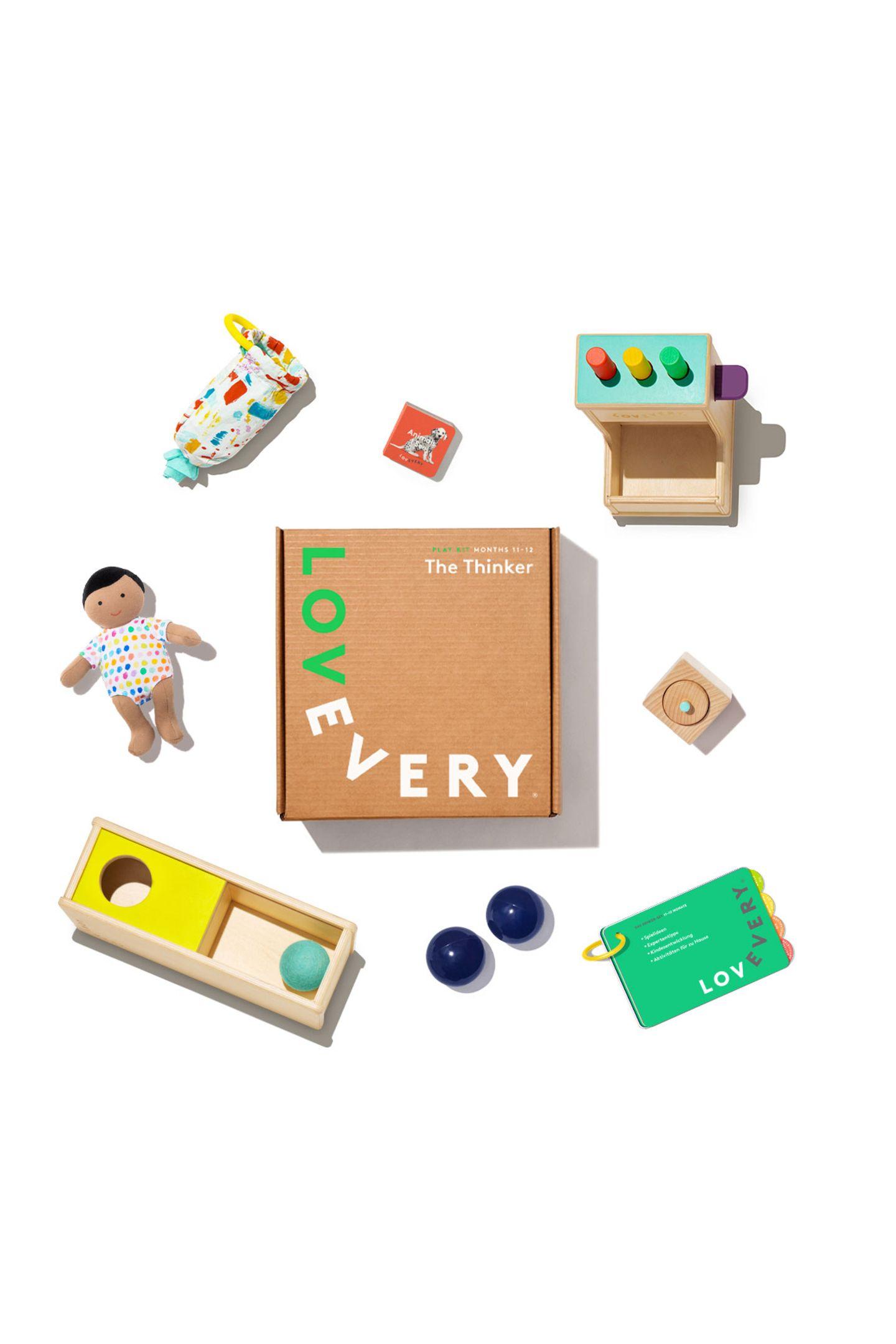 """Wertvoller SpielspaßJedes Kind entdeckt die Welt auf ganz eigene Weise. Die tollen Spielzeugboxen, die zusammen mit Entwicklungsexperten und Pädagogen altersgerecht entwickelt werden, gibt es einzeln oder im praktischen Abomodell. """"Playkits"""" von Lovevery, ab ca. 84 Euro pro Box"""