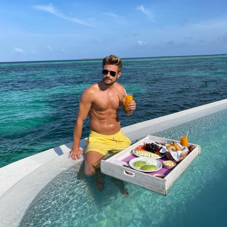 Mahlzeit: Jörn Schlönvoigt diniert im Pool