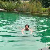 Gezwitscher: Orlando Bloom schwimmt im Pool