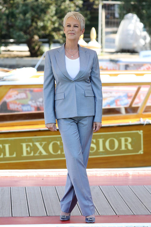 Die Schauspielerin Jamie Lee Curtis begeistert bei ihrer Ankunft in der Lagunenstadt mit einem eleganten Hosenanzug und erstrahlt von Kopf bis Fuß im All-Grey-Look.
