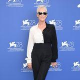 Bei der Premiere von ''Halloween Kills'' setzt die Schauspielerin noch einen drauf und trägt zu einer schwarz-weißen Bluse im Blockmuster eine extravagante Sonnenbrille.