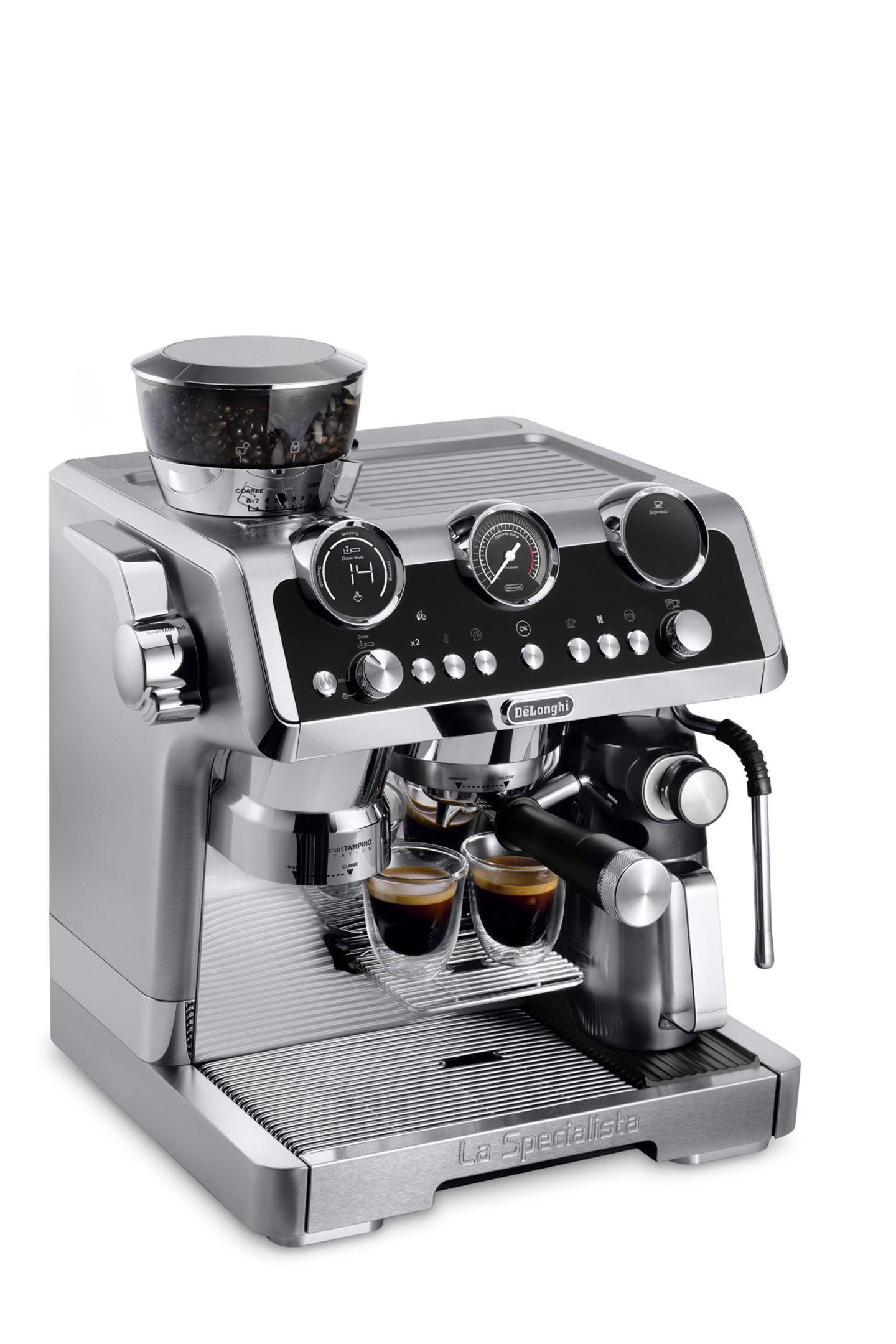 """Heißes Teil Wollen wir nicht alle richtig guten Kaffee, der einen Oscar verdient? Mit dieser Siebträgermaschine werden Kaffeeträume wahr, findet auch Markenbotschafter Brad Pitt: """"Kaffee ist für mich mehr als nur ein Getränk. Es verbindet und erlaubt Momente für sich selbst: Um innezuhalten und den Augenblick zu genießen."""" Hach ja, Brad ... Modell """"La Specialista Maestro"""" von De'Longhi, um 1350 Euro."""