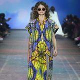 Beirebekka ruétz spielen psychedelische Prints und fließende Schnitte eine große Rolle bei der Frühjahr-/Sommerkollektion. Vielleicht hat sich die ModedesignerinRebekka Ruetz von der Raver-Szene inspirieren lassen?