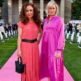 Anastasia Zampounidis und Gesine Cukrowski lassen sich das große Modespektakel nicht entgehen. Bunte sommerliche Farben passen perfekt zum strahlenden Sonnenschein vor der St.-Elisabeth-Kirche in Berlin.