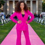 """War das abgesprochen? Ohne """"No Angels"""", aber dafür mitpinkfarbenemPower-Suit posiert Nadja Benaissa auf dem farblich passenden Pink Carpet bei der Jubiläumsshow von Marcel Ostertag."""