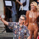 """Rolfalias """"Rolfe"""" Scheider ist bei der Berliner Modewoche ganz in seinem Element. Vor der Show knipst er noch ein paar Selfies mitAnnika Gassner, Verena Kerth und Maria Gun."""