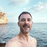 Urlaubsgrüße: Jochen Schropp teilt Selfie beim Schwimmen an der Küste