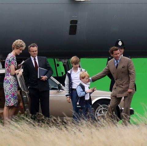 """Hier drehen die Kinderschauspieler – die William und Harry in der fünften Staffel von """"The Crown"""" verkörpern – mit ihren Filmeltern Elizabeth Debicki (li., Prinzessin Diana) und Dominic West (re., Prinz Charles)."""