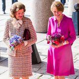 Besuch in Schweden: Lächeln nehmen Königin Silvia und Elke Büdenbender Blumensträuße entgegen