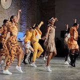 """So kann man die Modewoche auch etwas auflockern:Tänzerinnen performen bei der """"Keep on dancing""""-Vernissage in den Looks von Marc Cain."""