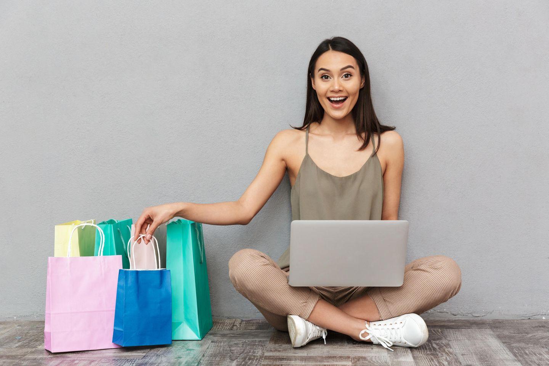 Glückliche Frau mit Shopping Bags, Einkaufstüten, Online Shopping