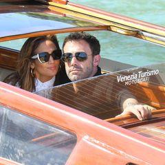 9. September 2021  Der Star-Auflauf bei den Filmfestspielen in Venedig hält an. Heute sind Jennifer Lopez und Ben Affleck gemeinsam in der schwimmenden Stadt angekommen. Auch für siegeht es per Wassertaxi zum Hotel und Jennifer kann während der Fahrt ihren Blick nicht von ihrem Liebsten lassen. Dieser schaut mit einem verschmitztenLächeln in die Kamera und scheint die Aufmerksamkeit zu genießen.