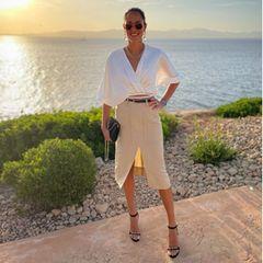 Vor einem wunderschönen Sonnenuntergang zeigt sich Ana Ivanovic wie gewohnt elegant in einer weißen Bluse und einem knielangen Bleistift-Rock mit Beinschlitz.