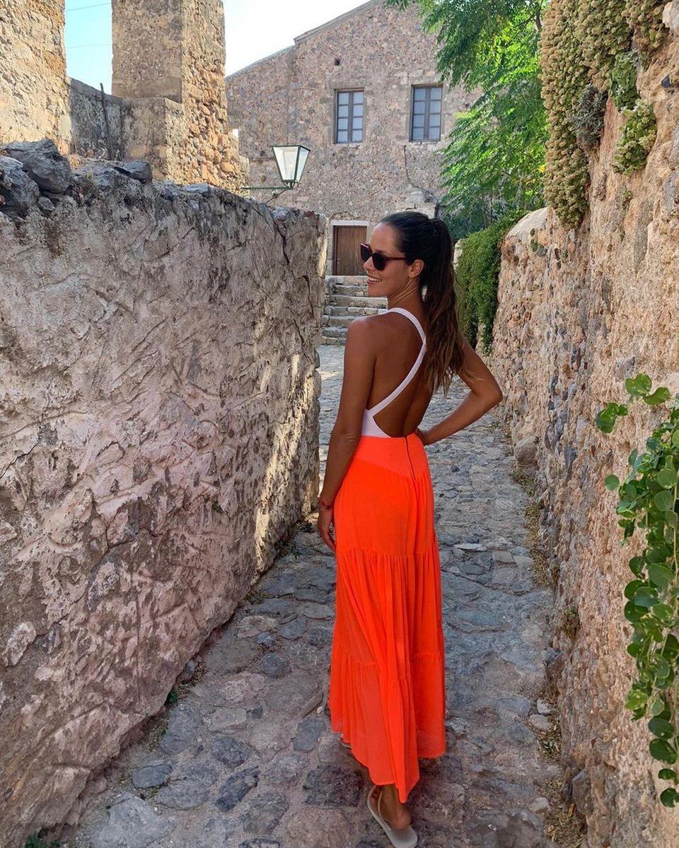 Normalerweise zeichnet sich der Style von Ana Ivanovicdurch eleganteOutfits und zurückhaltendeFarben aus. Mit ihrem neuesten Instagram-Postüberrascht die schöne Zweifach-Mamanun ihre Fans. Anstatt klassischeFarben zu wählen, hat die Ehefrau von Bastian Schweinsteigerzur Abwechslung zu einem luftigen Rock in leuchtendemOrange gegriffen –eine Farbe, die sie definitiv tragen kann.