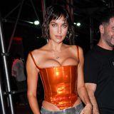 Was hat sich denn Irina Shayk bei diesem Outfit gedacht? Das sonst so modebewusste Model zeigt sich auf der Bulgari-Partyin einer grauen Baggy-Hose und einer leuchtend orangenen Korsage. Der enge Schnitt des Oberteils drückt die Oberweite der Russin stark nach oben und sorgt füreinen unvorteilhaften Sitz an den Hüften.