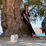 Gezwitscher: Alexandra Maria Lara lehnt an einem Baum