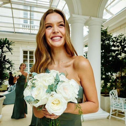 Wie unglaublich glücklich Topmodel Josephine Skriver über die Hochzeit ihrer besten Freundin und Modelkollegin Jasmine Tookes ist, kann man ihr deutlich ansehen. Und die Brautjungfernlooks können sich ebenfalls sehen lassen.