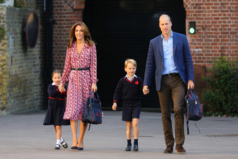 Prinz George leistete im September 2019 gemeinsam mit Herzogin Catherine und Prinz William seiner kleinen Schwester Prinzessin Charlotte seelischen Beistand bei ihrer Einschulung.