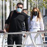 Ganz romantisch imweißen Spitzen-Dress ist auch Jennifer Lopez mit Ben Affleck in der Lagunenstadt unterwegs.