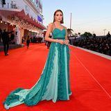 """Richtig romantisch: Olivia Culpo bezaubert bei der """"America Latina""""-Premiere in türkisfarbenen Spitzen-Look mit verträumten Volant-Details."""