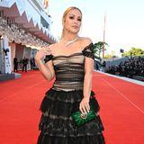 Spitze und Volants im Layer-Look sind auch bei Anastacia angesagt: Sie trägt auf dem Red Carpet in Venedig ein Kleid von Dolce & Gabbana.