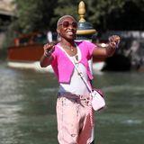 Im rosa-pinkfarbenen 90s-Look ist Cynthia Erivo in Venedig kaum zu übersehen.
