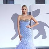Auf dem Red Carpet in Venedig sind in diesem Jahr auch wieder viele Federn zu bewundern gewesen. Influencerin Leonie Hanne hat sich diesen Glamour-Look von Rami Kadi Couture ausgesucht.