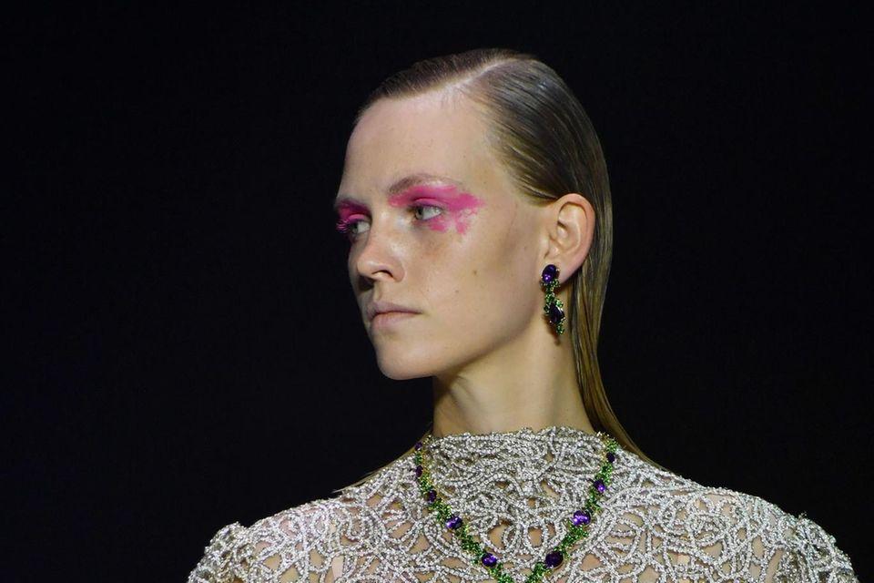 Die Laufstegshow von Kilian Kerner war gekennzeichnet durch pinke Akzente im Make-up. Verantwortlich für diese farbenfrohen Hingucker ist das Kreativteam von La Biosthétique.Einige Models trugen die auffällige Farbe als exzentrischen Lidschatten...