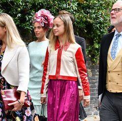Auch Lady Amelia Windsor lässt sich die Hochzeit in der St.James's Church,Piccadilly nicht entgehen. Mit Lederjacke zum knallig pinkfarbenen Seidenrock hat sie sich einen besonders auffälligen Hochzeitslooks ausgesucht.