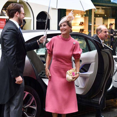 Für die Hochzeit von Flora Alexandra Ogilvy, die Enkelin von Queen-Cousine Prinzessin Alexandra, und Timothy Vesterberg in London hat sich Gräfin Sophie ganz besonders fein herausgeputzt. Und auf diesen royalen Wedding-Look wird bei ihrer Ankunft im Regen gut aufgepasst.