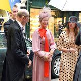 Lady Helen Taylor Taylor, hier neben ihrem Vater Prinz Edward, Duke of Kent, zeigt sich mit knallig roter, großerSchleife am dezenten Retro-Look in Seide sogar ein wenig mutig.